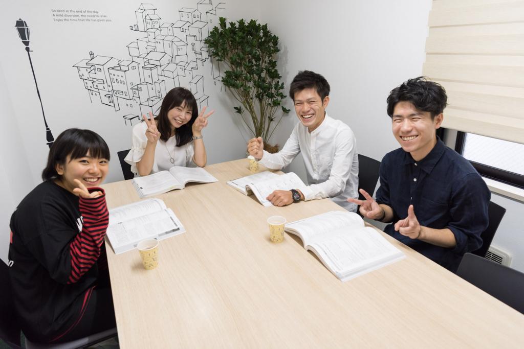 左から2番目の女性は、T'z英語ラウンジを共同経営する冨田三穂さん。前田さんと同じくTOEIC指導のエキスパートです。(T'z英語ラウンジ)