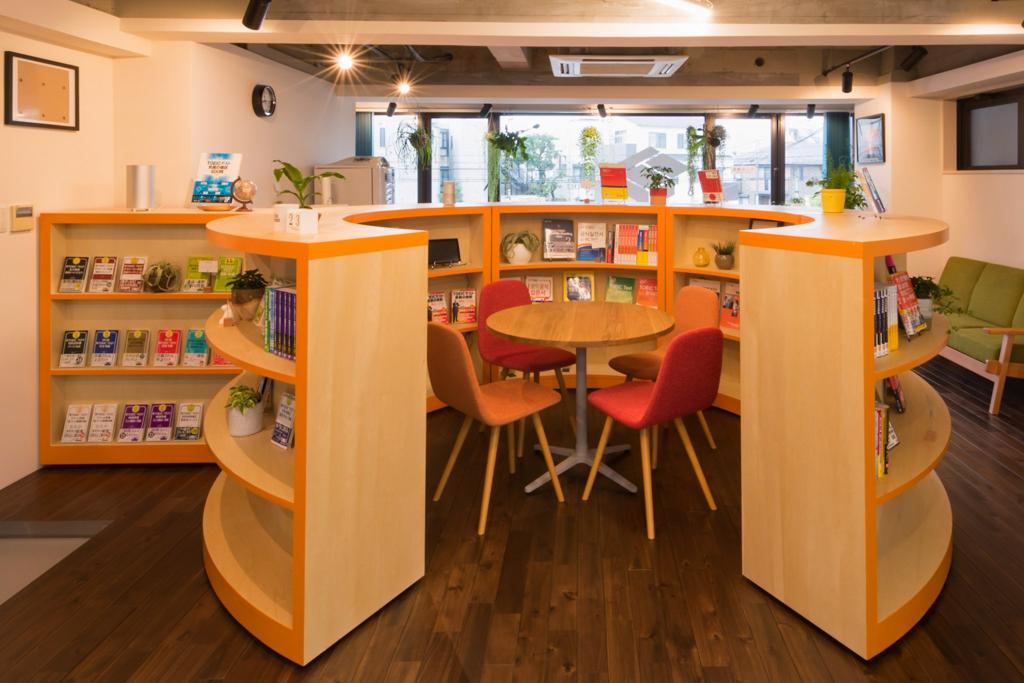 ラウンジエリアには弧を描くように書棚があります。この書棚には今後、英語学習のエキスパートである前田さんが選んだ、本当に使える本だけが並ぶそうです。(T'z英語ラウンジ)