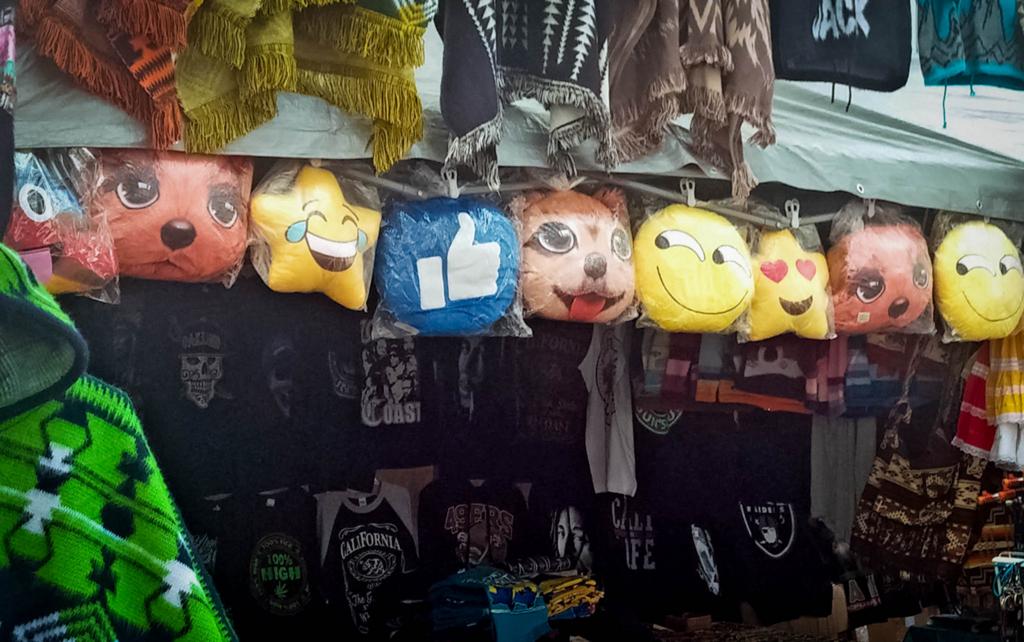 露店に並ぶグッズにも、Emojiをモチーフにしたものがまざるようになった。