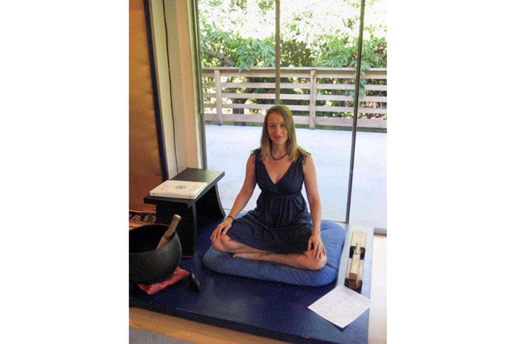 Zen Meditationグッズに囲まれる女性。このZen Roomはシアトル市内にあり、一般にも公開されている。