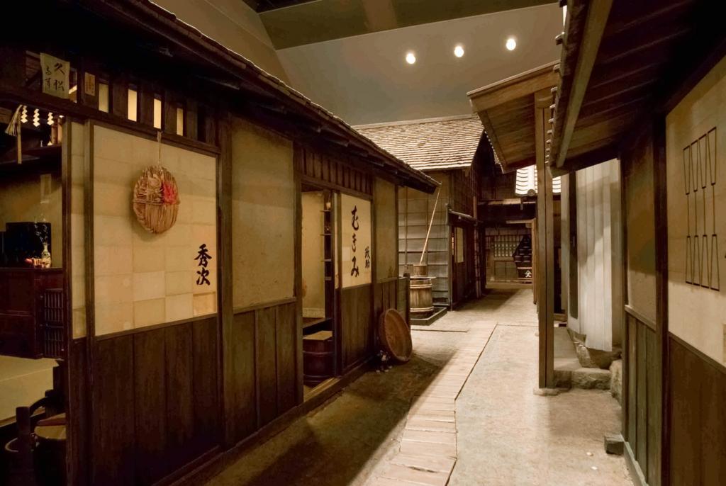 ミケル君を案内した「深川江戸資料館」は、店や長屋、船宿など、1840年ごろの深川佐賀町の町並みが映画のセットのように忠実に再現されています。実際に家屋に上がって生活道具に触ることもできるので、歴史への関心度や国籍に関係なく、誰でも約180年前の世界を体感して楽しめます。