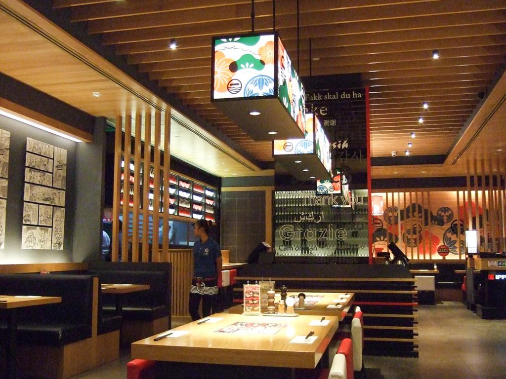 ラーメン店内は、くつろいで食事ができるラーメン・レストランといった趣。