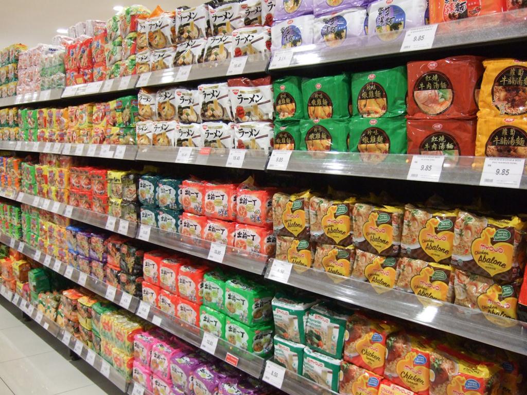 スーパーマーケットには、いろいろなインスタント・ラーメンが並んでいます。