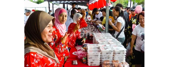 盆踊り大会の会場には、頭髪を覆うベールをつけたムスリムの女性の姿も。