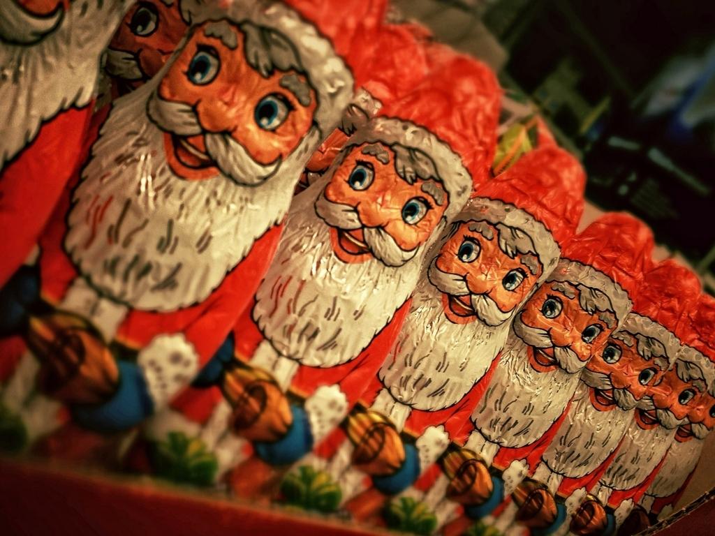 サンタの衣装はどうして赤と白?