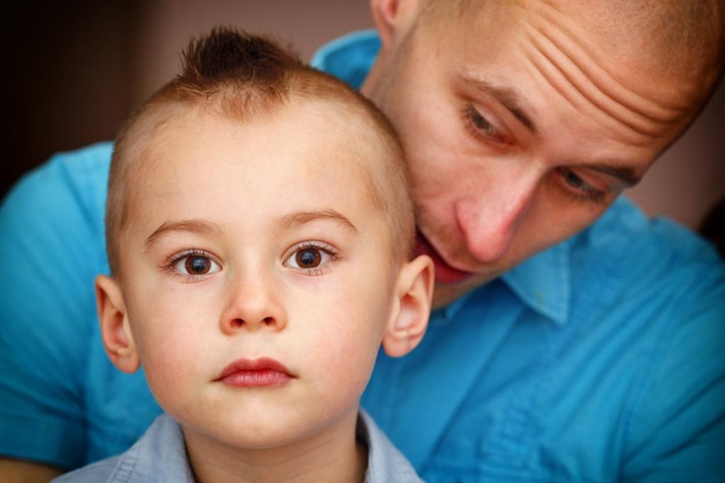 少年を支える父と母の愛