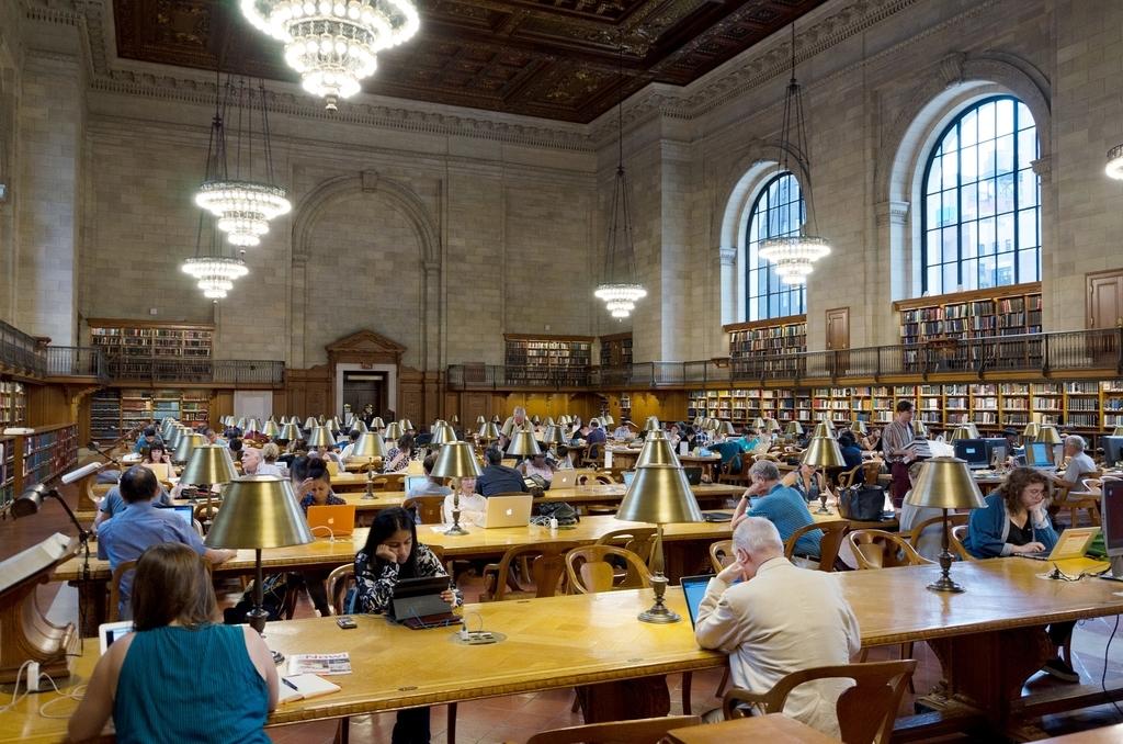 ニューヨーク公共図書館本館のリーディングルームは、歴史を感じさせる内装も魅力。