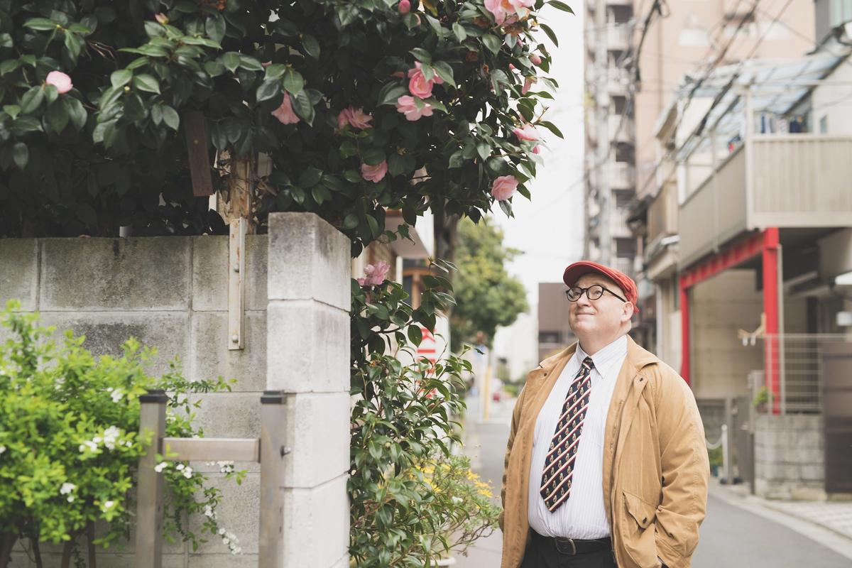東京・根津エリアを散策するデイビッド・セインさん