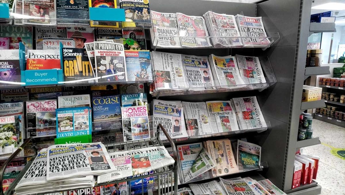 大手スーパー「ウェイトローズ」で10 ポンド以上購入すると、好きな新聞を1紙無料でもらえる。