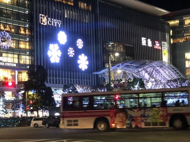 博多駅と西鉄バスの写真