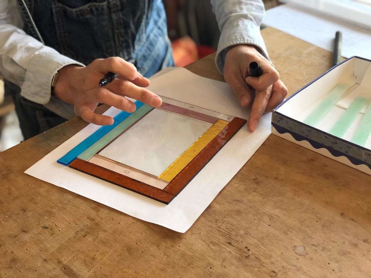 ガラスの組み合わせを選ぶ写真