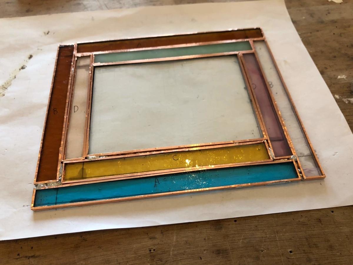 ガラスに銅のテープを貼った写真