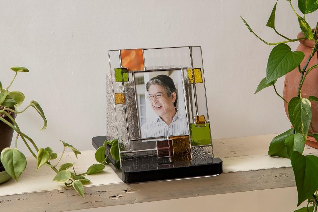 永代供養がつけられるステンドグラス写真立てが綺麗な自宅墓「うちぼ」