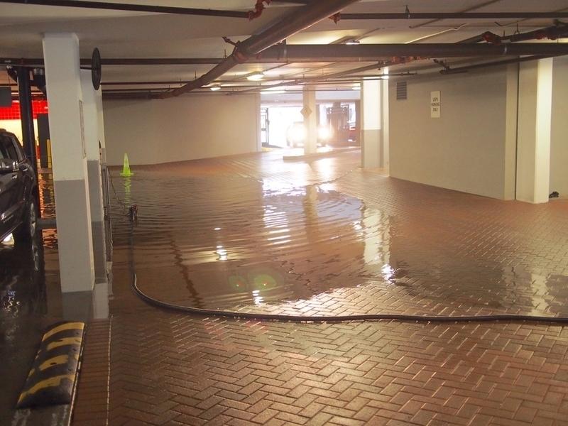 水浸しになった立体駐車場