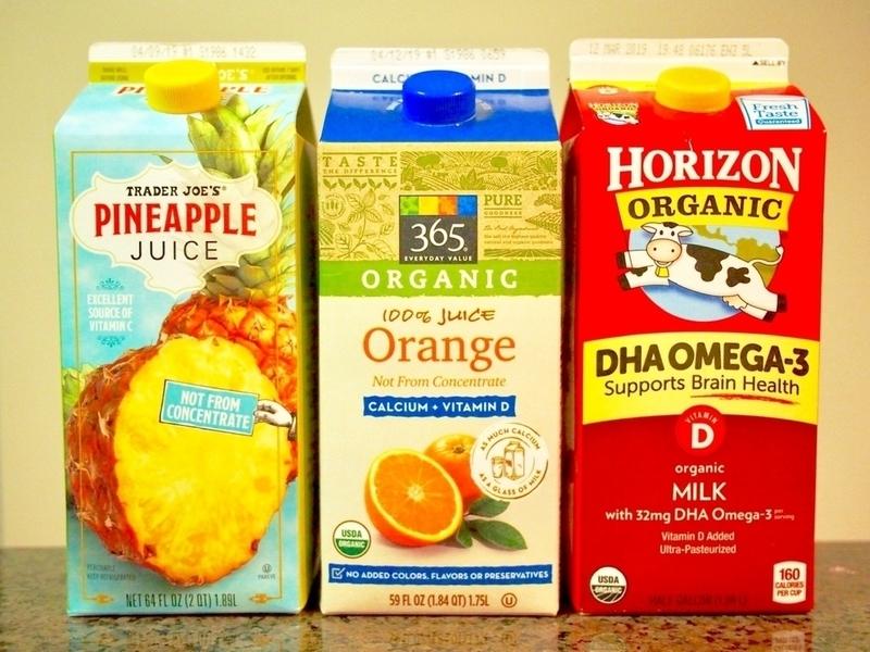TRADER JOE'Sのパイナップルジュースとホールフーズマーケットのオレンジジュースと牛乳