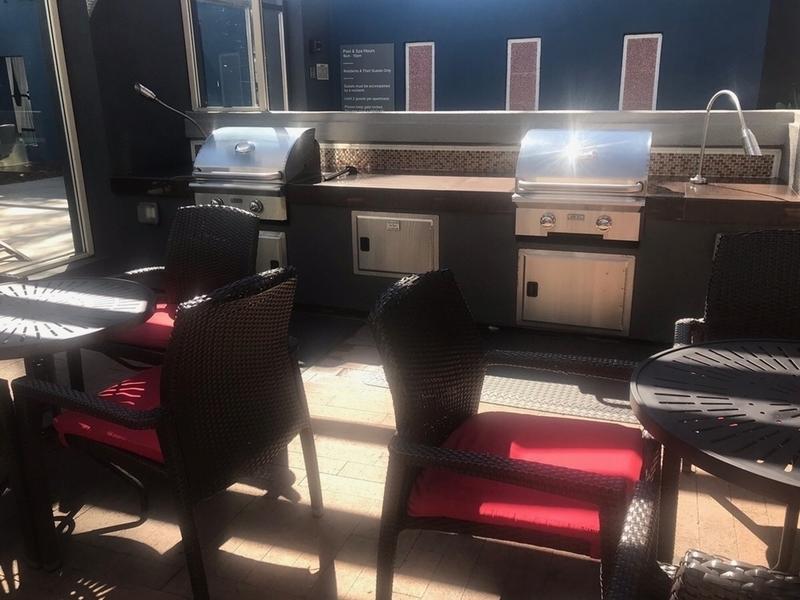 バーベキューグリルと食事スペース
