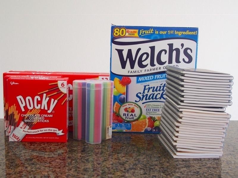 30 人分の文房具とスナック菓子