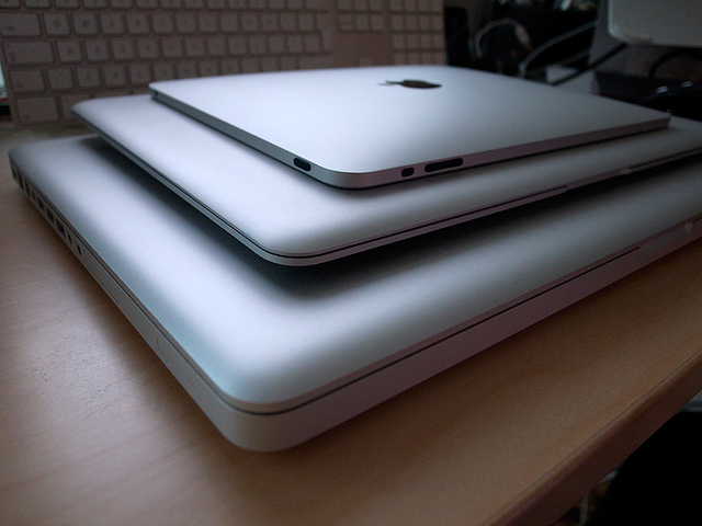 往年のMacBook ブラックモデルを彷彿させるマットなブラックハードケース