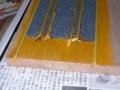 黄土色のアクリル絵の具を塗り塗り