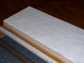 左手は紙粘土を塗り広げる