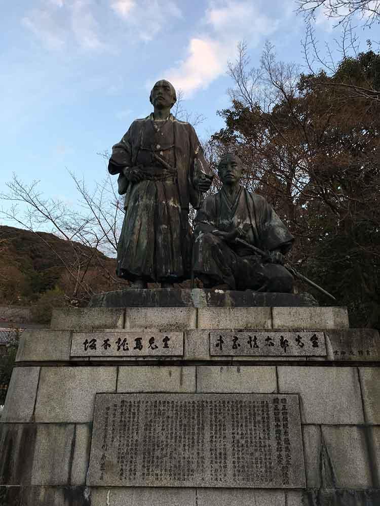 円山公園内の坂本龍馬と中岡慎太郎の像