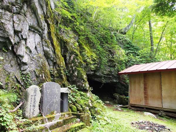 「穴乳観音」洞窟入り口