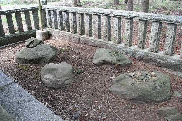 社殿裏地「三ツ石/影向三神石」