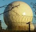 英空軍メンウィズヒル基地にあるレドーム(中にエシュロンのアンテナ