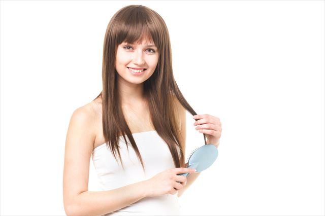 髪を梳かす女性