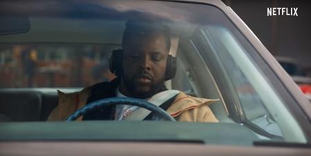 スペンサーコンフィデンシャルの車の中で待機するホーク