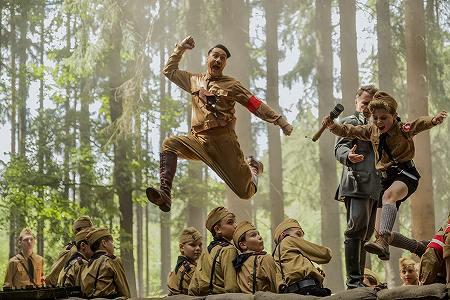 ジョジョと共に飛ぶアドルフ・ヒトラー