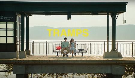 綺麗な景色の中で座るダニーとトニー