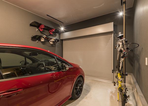 広々としたガレージには、夫妻の趣味のスノーボードや自転車なども壁に吊り下げて収納している(写真/長澤力)