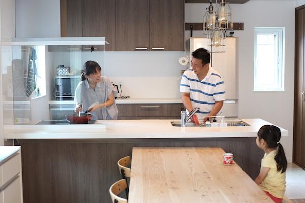 作業スペースが広いペニンシュラ型のキッチン。IHのコンロはガスと火を使わないので汚れにくい(写真/相馬ミナ)