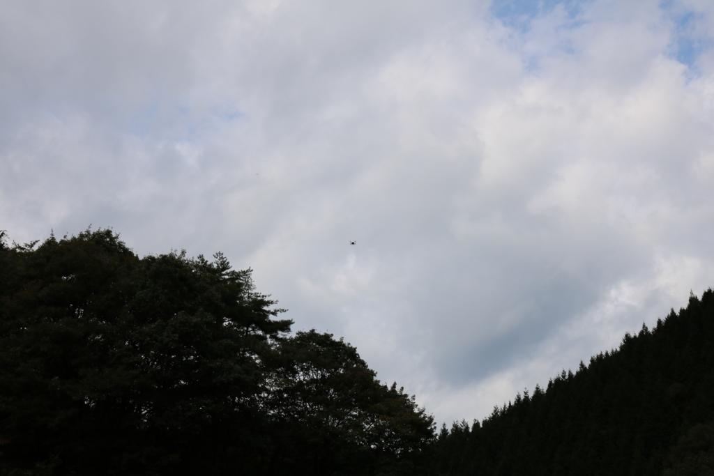 空高く飛び上がったドローン