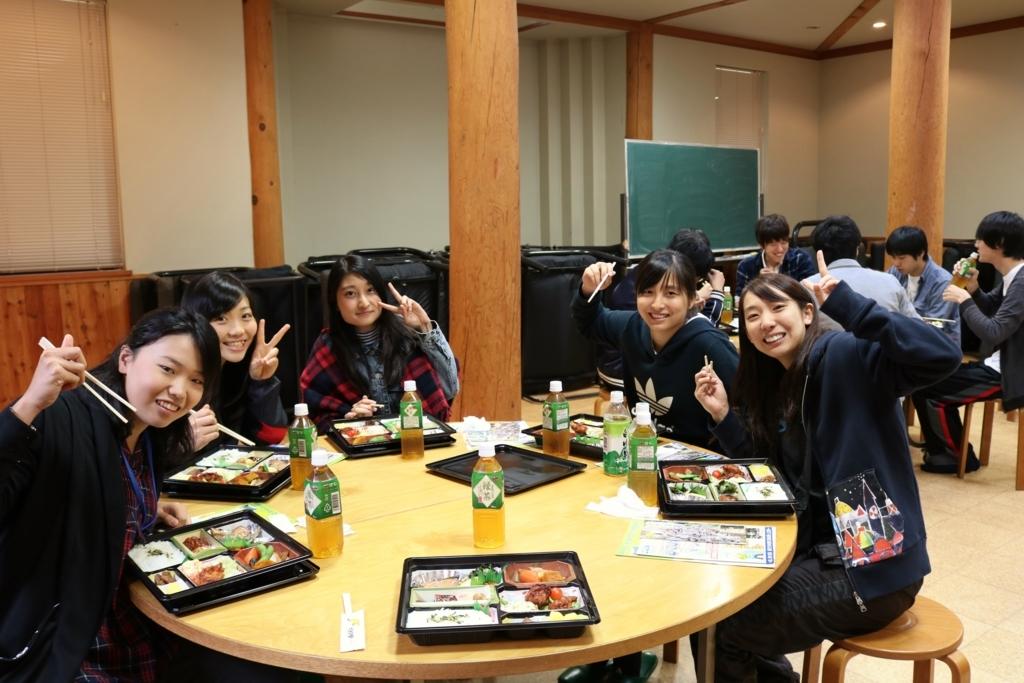 中部学院大学の学生がネイチャーランドかみのほで昼食