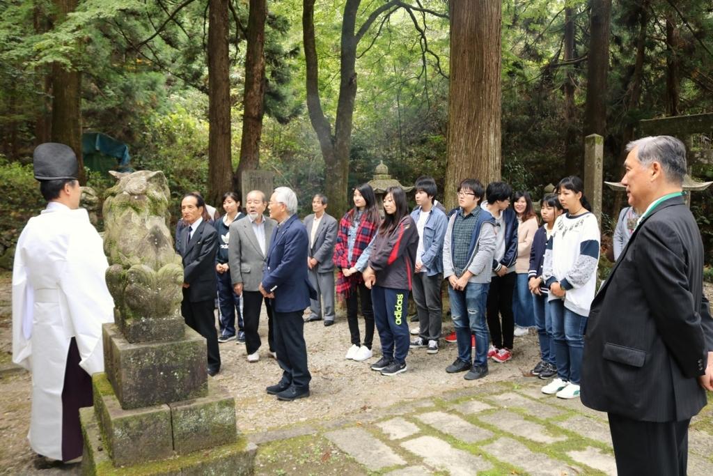 宮司さんから白髭神社の歴史を聞く