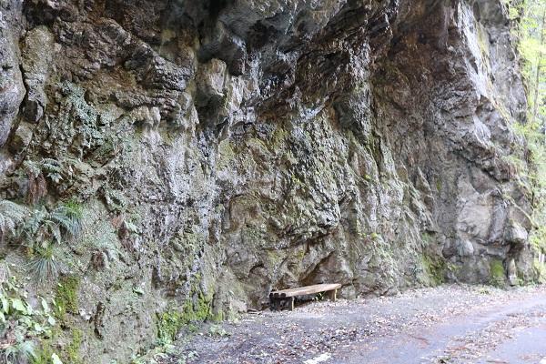 乳岩神社付近のパワースポットベンチ