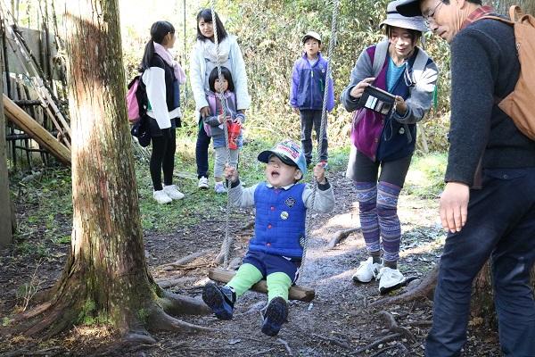 森のかくれんぼで子供たち大はしゃぎ