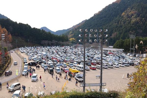 ゆず祭り満車の駐車場