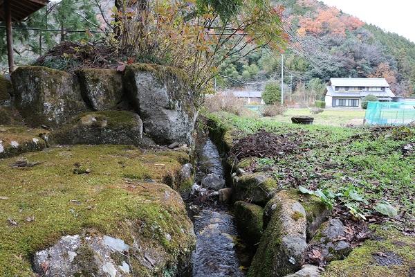 付近一帯に水を供給するお宮の清水