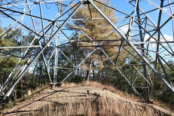 平成山にそびえ立つ鉄塔