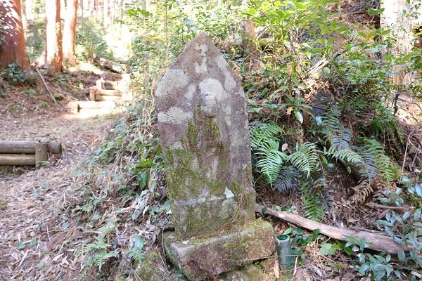 高澤観音本堂付近の石仏