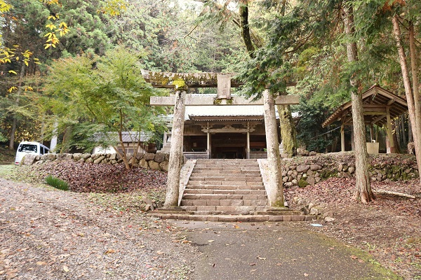 稲荷神社が見えてきます