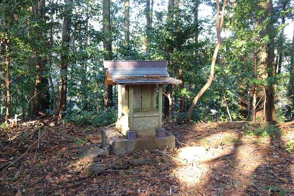一柳城址頂上の神棚
