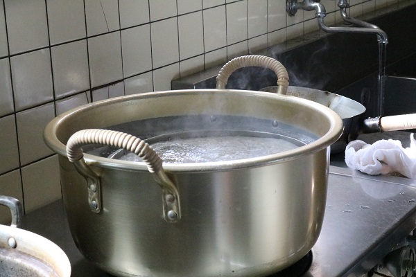 そばを茹でる大鍋