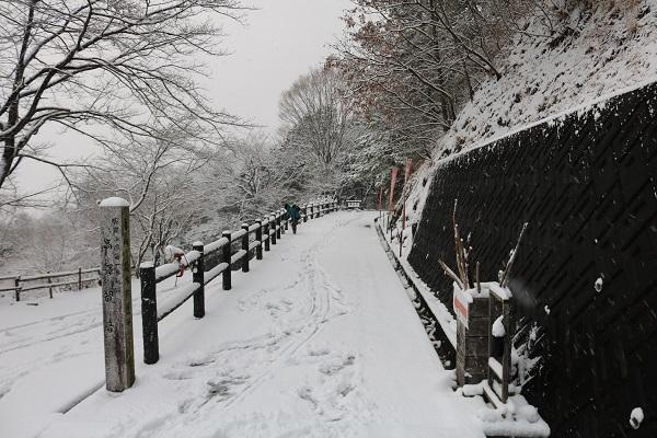 雪の高澤観音参拝道入り口