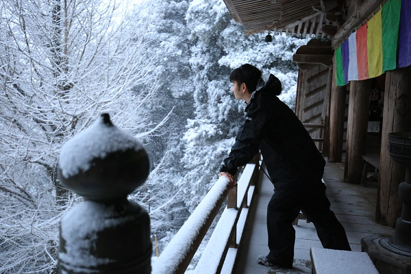 雪で神聖さが増した高澤観音