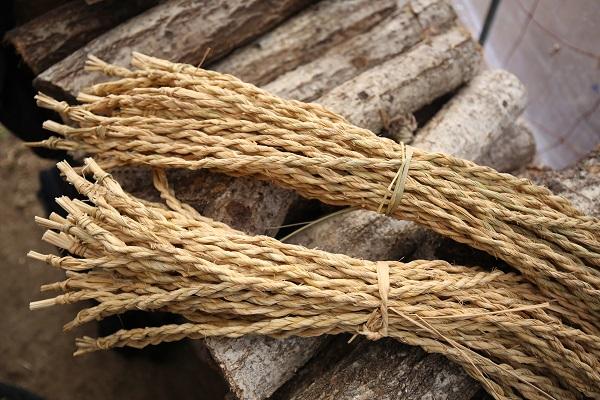手編みされた吊り下げ用の縄