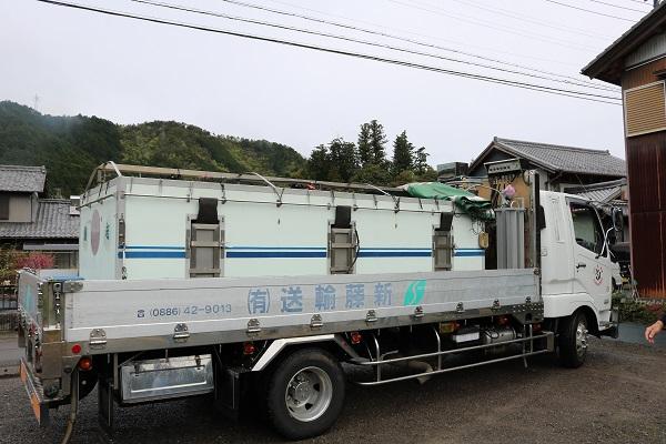琵琶湖産の稚鮎を運ぶトラック